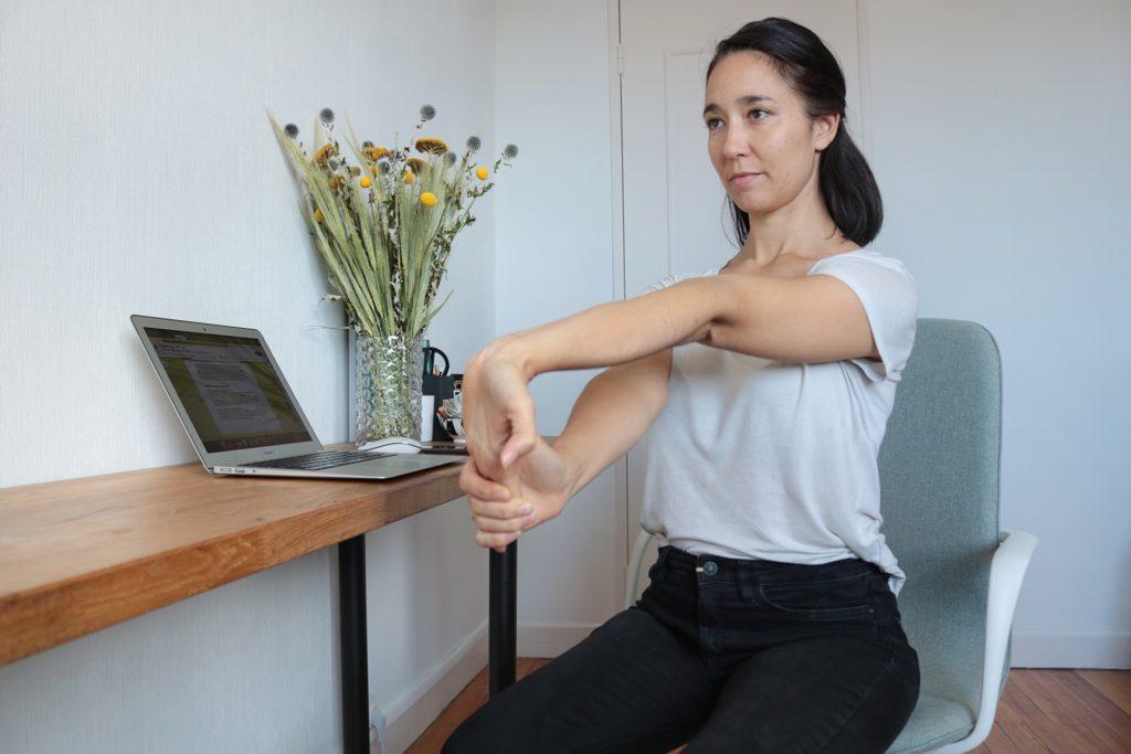 etirement-avant-bras-yoga-travail