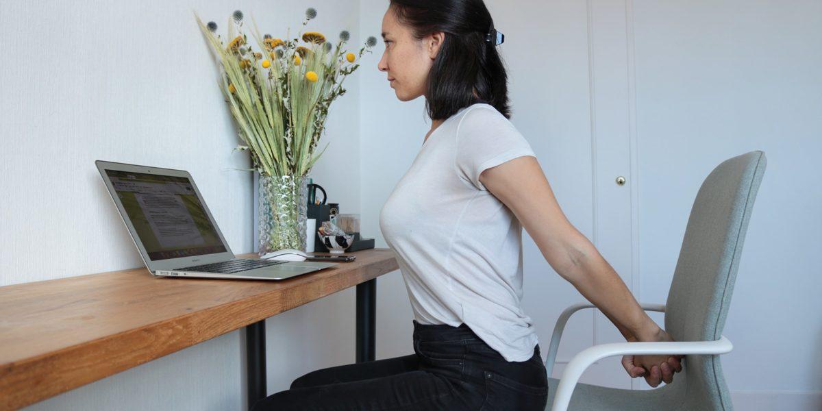 7 postures de yoga au travail pour soulager les tensions